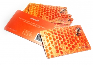 Plastic card with selective varnish